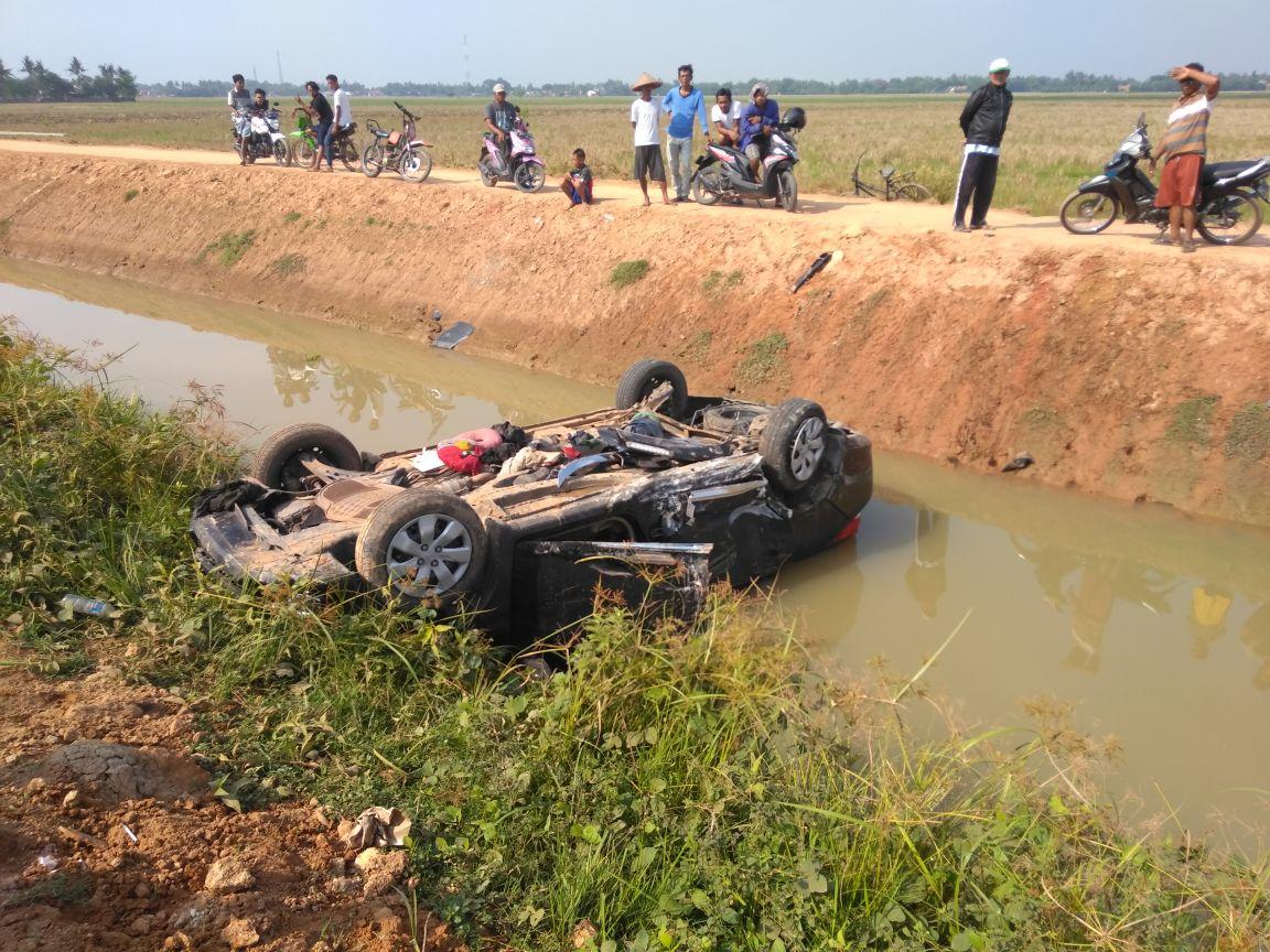 Mobil hasil curian yang 'Nyungsep' di parit. Ist/Suara Bekasi Online