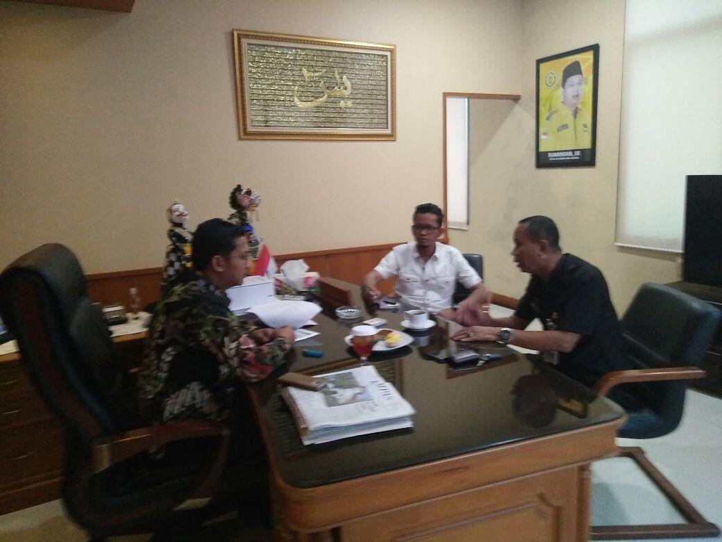 Camat Cikarang Pusat, Endin bersama LSM Kompi Ergat Bustomi melapor ke ketua DPRD Kabupaten Bekasi terkait jalan rusak. Ist/Suara Bekasi Online