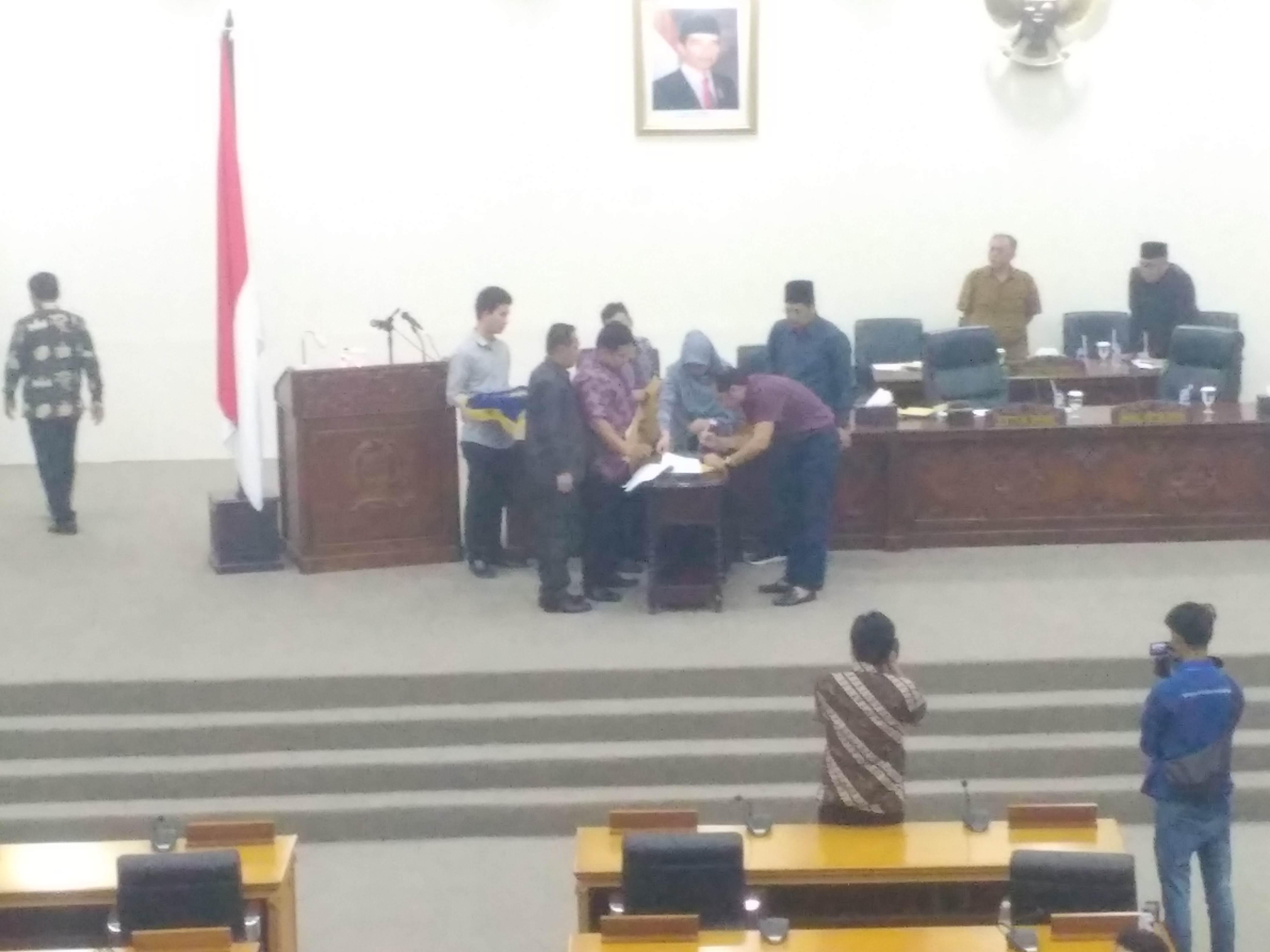 Penandatanganan berita acara antara Plt Bupati Bekasi dengan Pimpinan DPRD Kabupaten Bekasi terkait Paripurna APBD 2019. Foto: Sepri Parulian/Suara Bekasi Online
