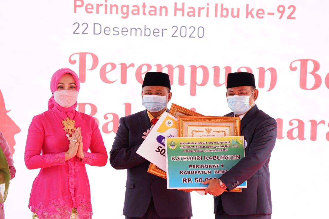 Bupati Bekasi saat menerima penghargaan dari Wakil Gubernur Jawa Barat. Ist/Suara Bekasi Online