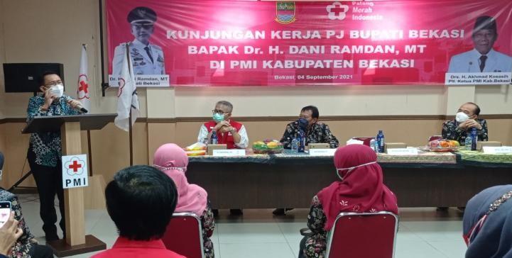 PJ Bupati Bekasi saat mendatangi kantor PMI Kabupaten Bekasi. Ist/Suara Bekasi Online